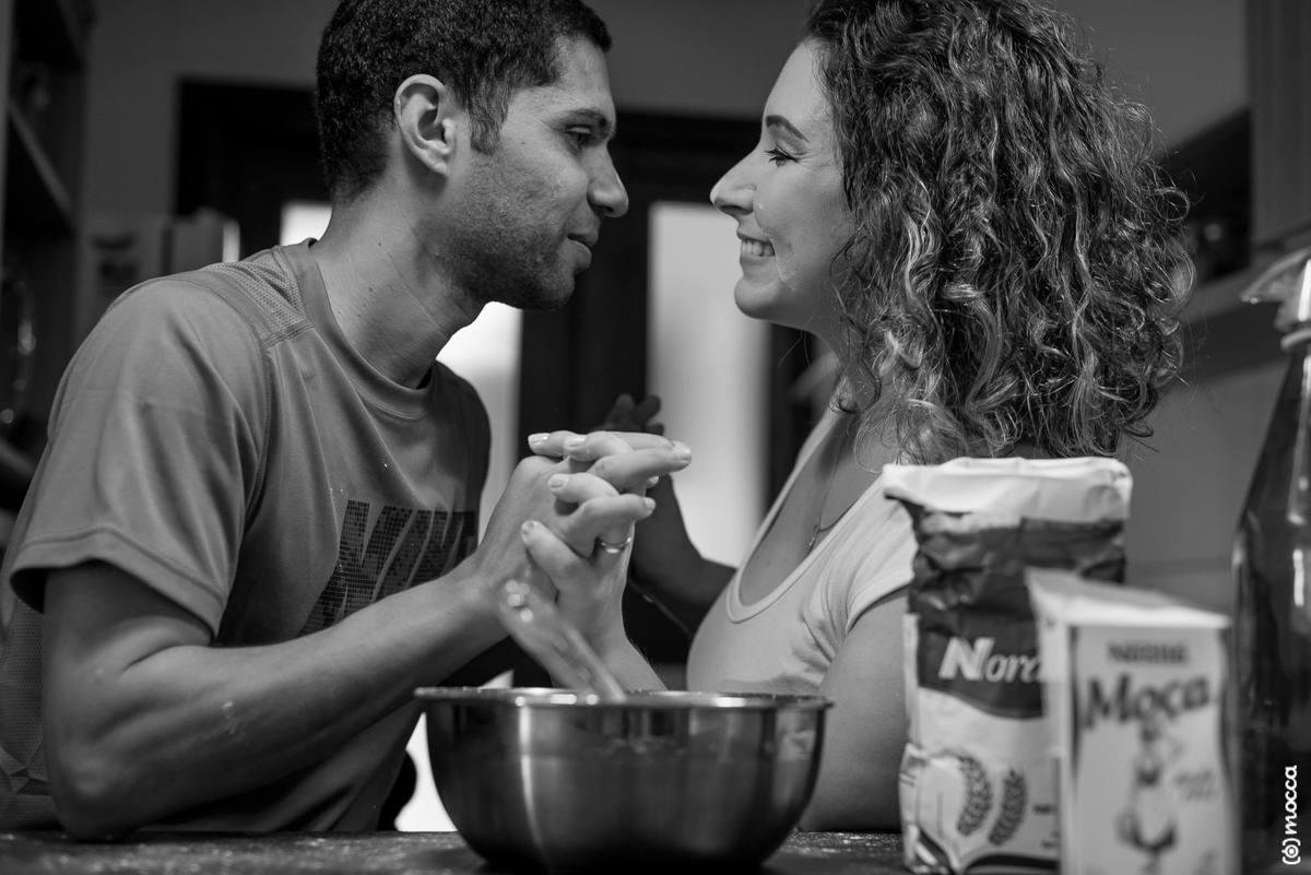 ensaio casal, ensaio fotográfico, amor, lajeado, casa nova, ensaio casa nova, cozinha, farinha
