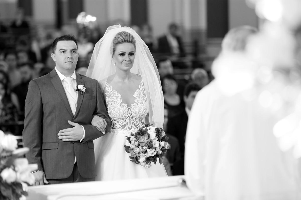 casamento-igreja-santo-inacio-de-loyola-lajeado-viviane-e-mauricio-fotografo-fabio-porto-alegre-noiva-provando-vestido