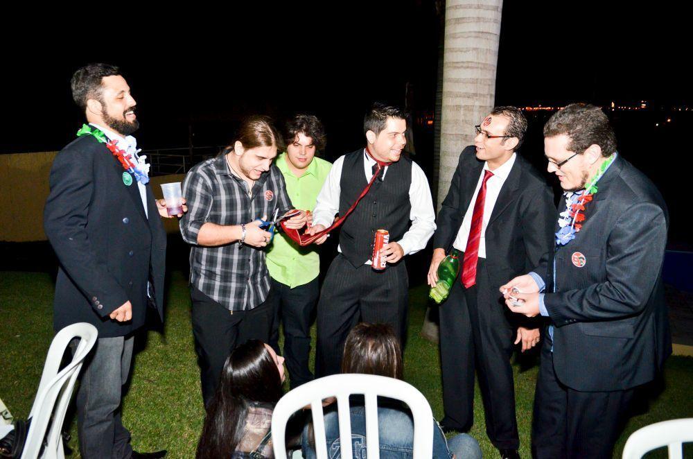 Noivo passando a gravata casamento do campo