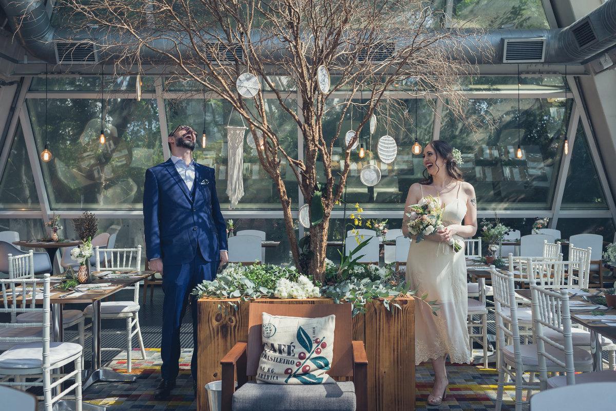 retrato dos noivos em restaurante Petí