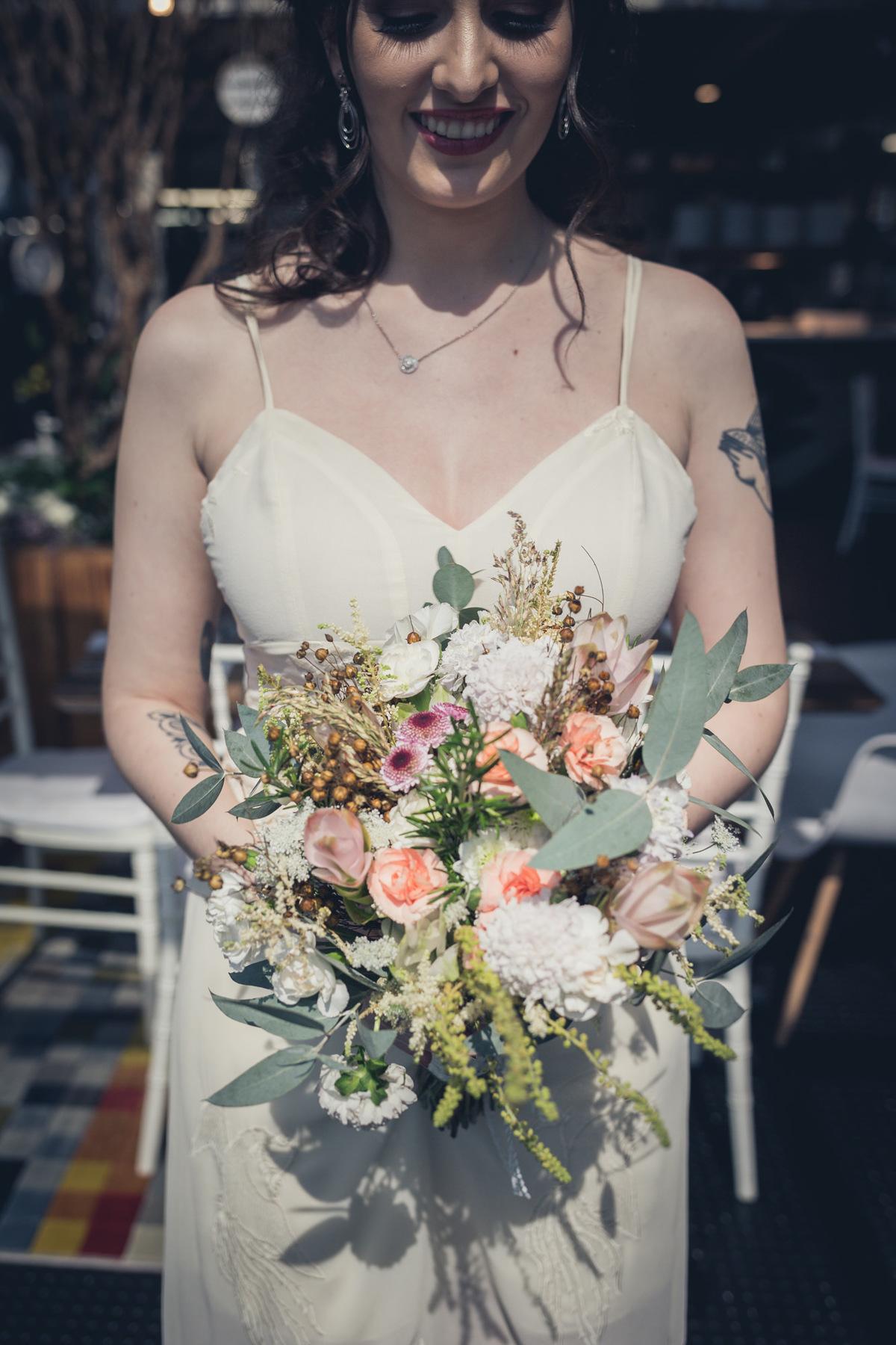 retrato da noiva com buquê de flores