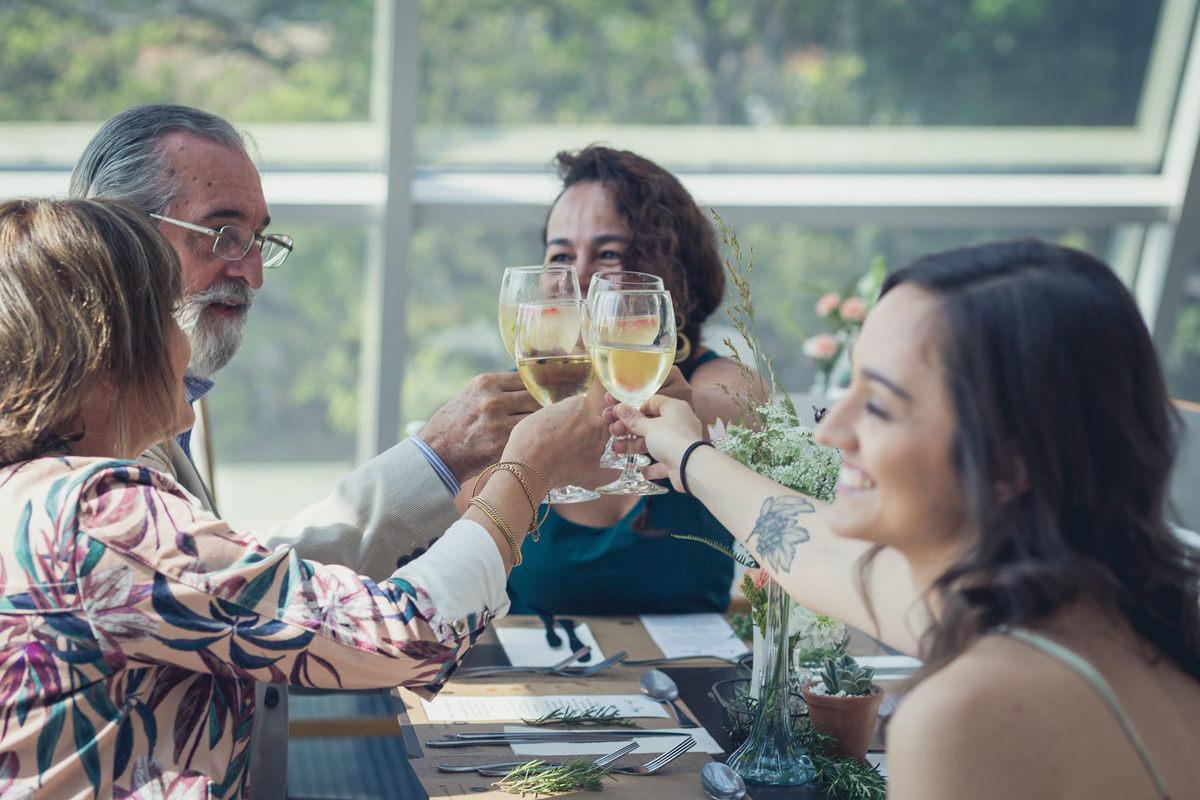 convidados brindando