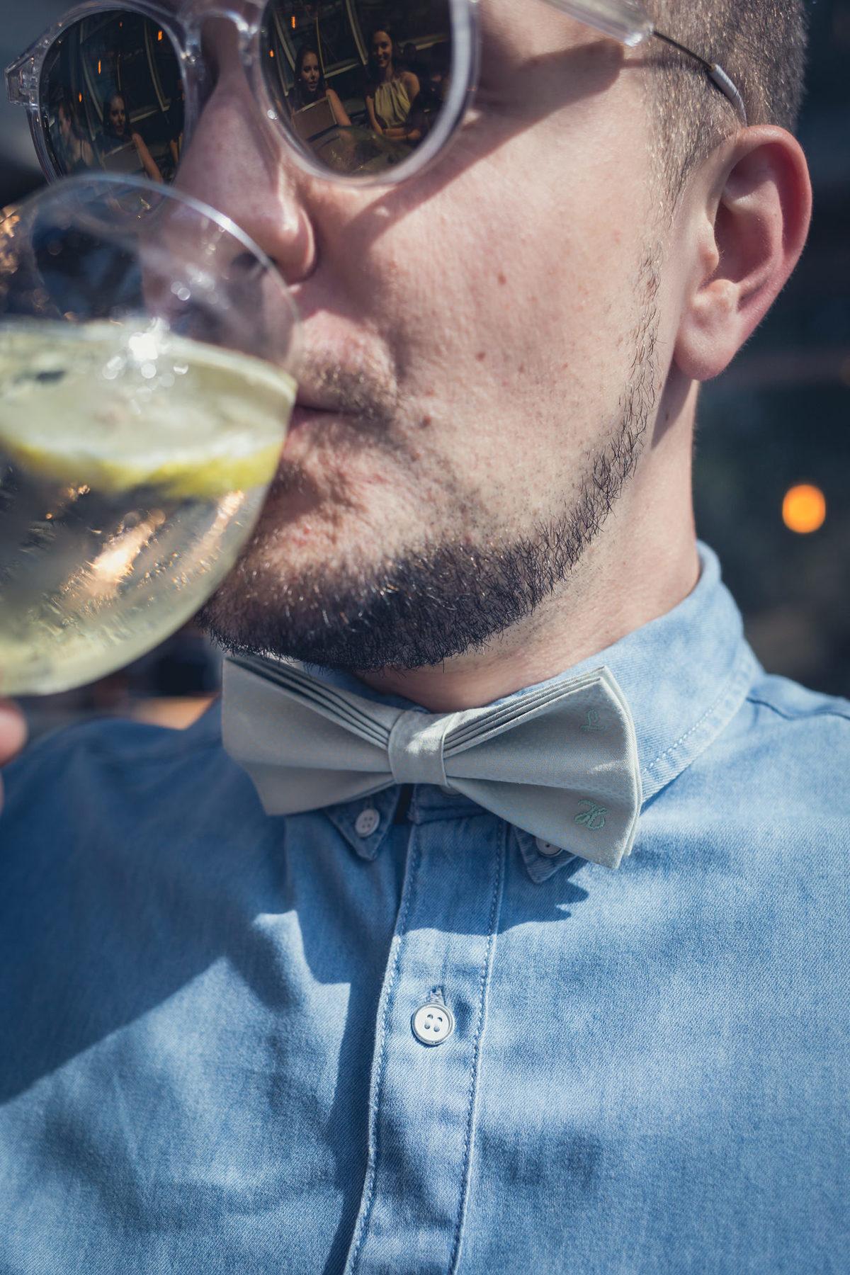 detalhes da gravata do convidado com iniciais dos nomes do casal