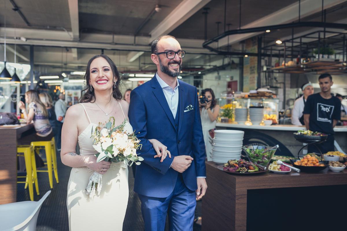 entrada dos noivos em restaurante Petí