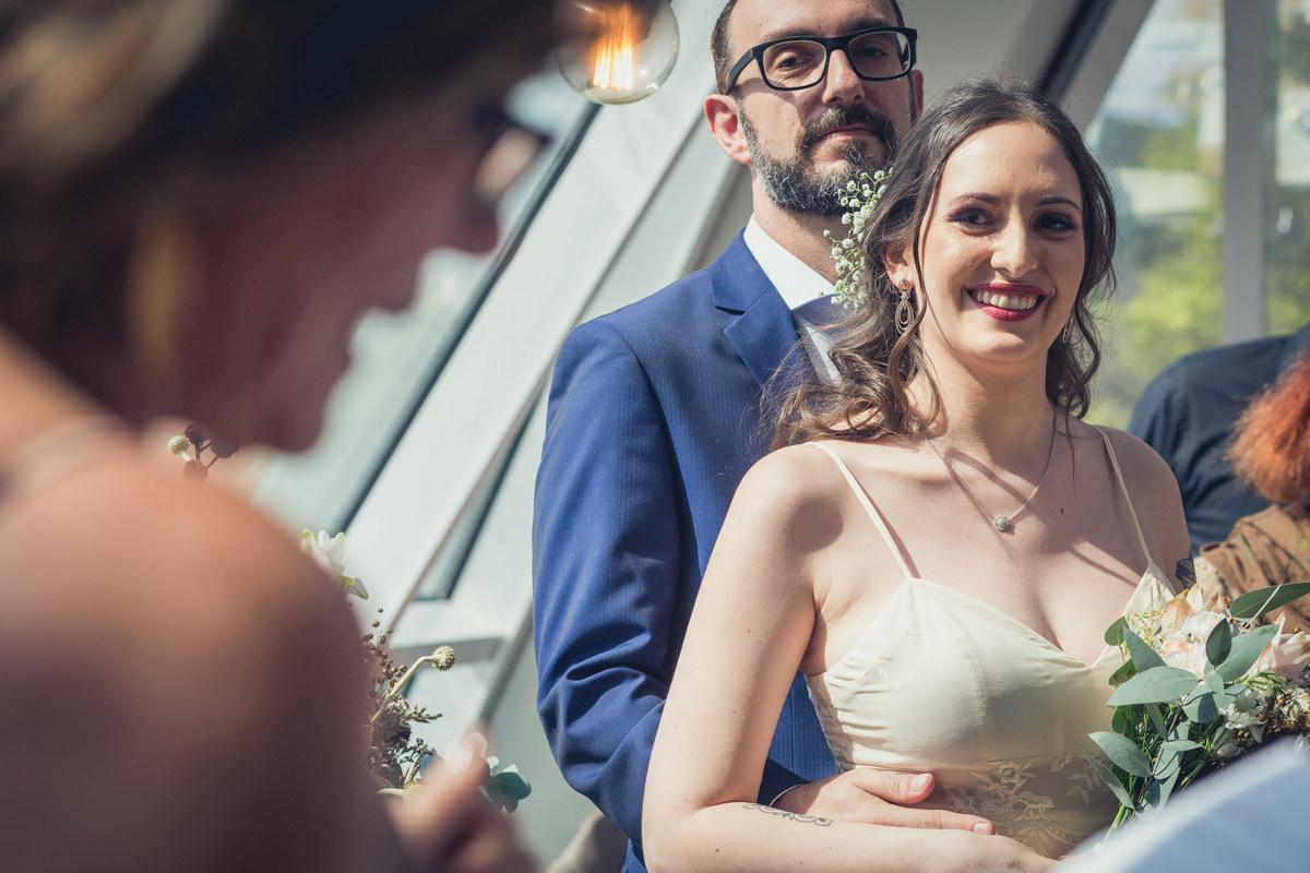 casal olhando para mãe da noiva durante discurso