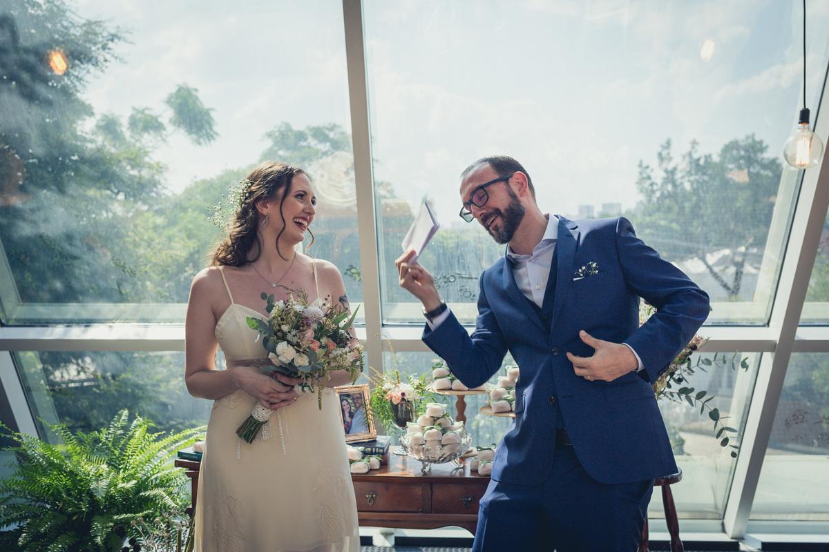 noivo mostra para noiva o papel do discurso