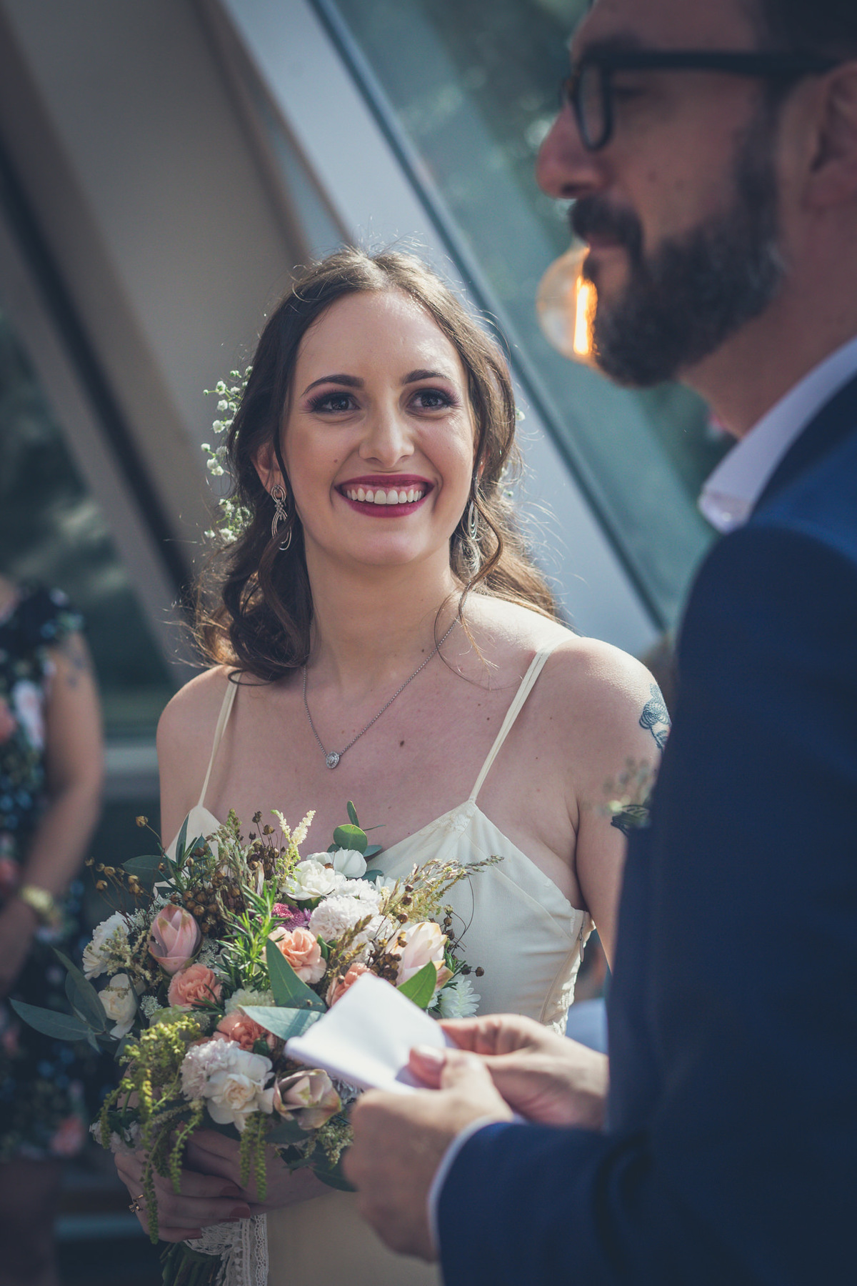 noiva olha para noivo sorrindo