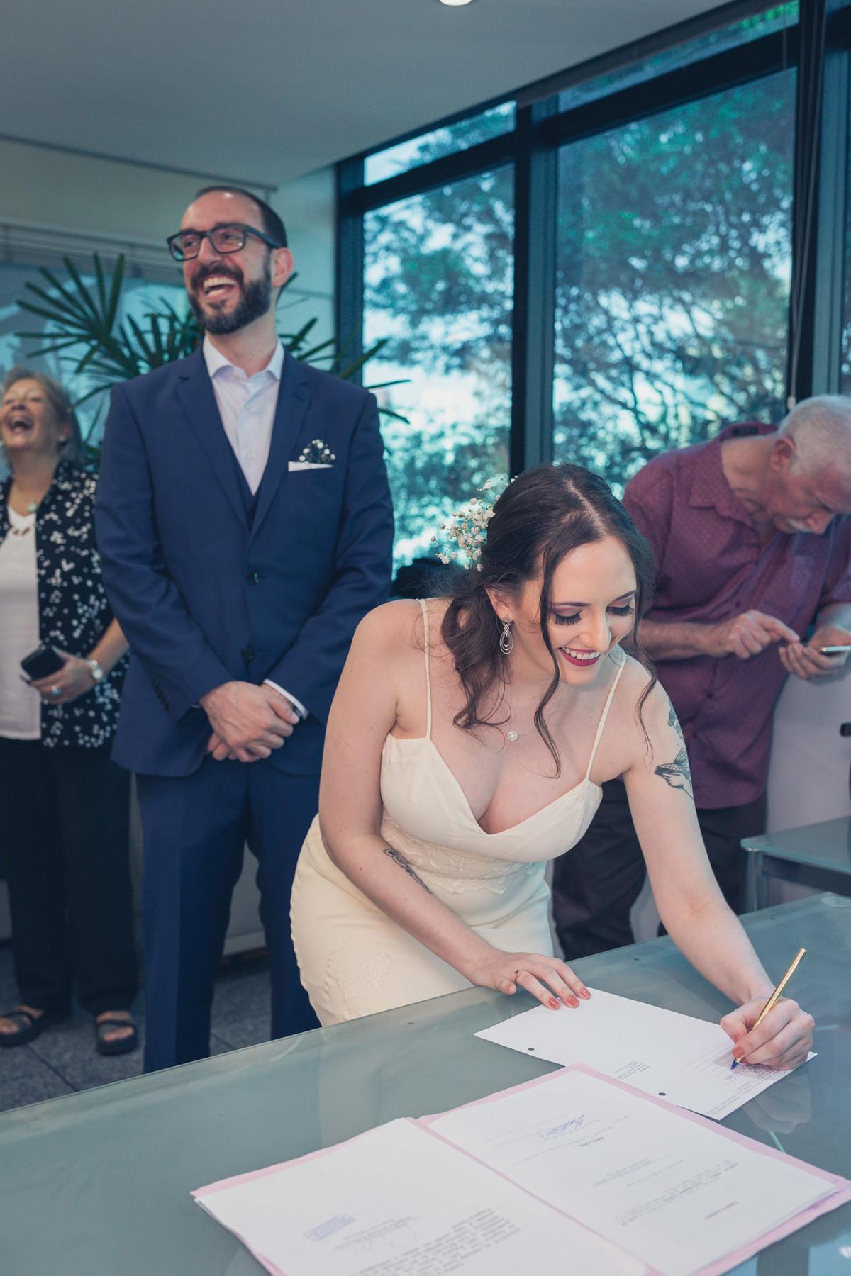 noiva assinando termo em casamento civil