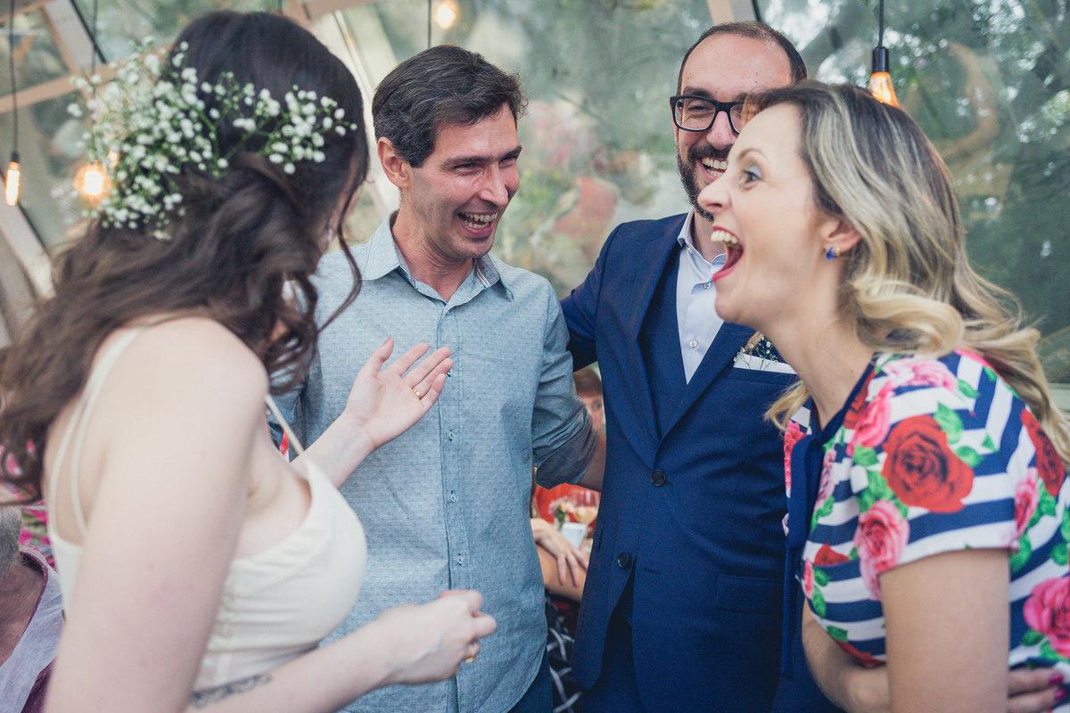 noivos se divertem com convidados