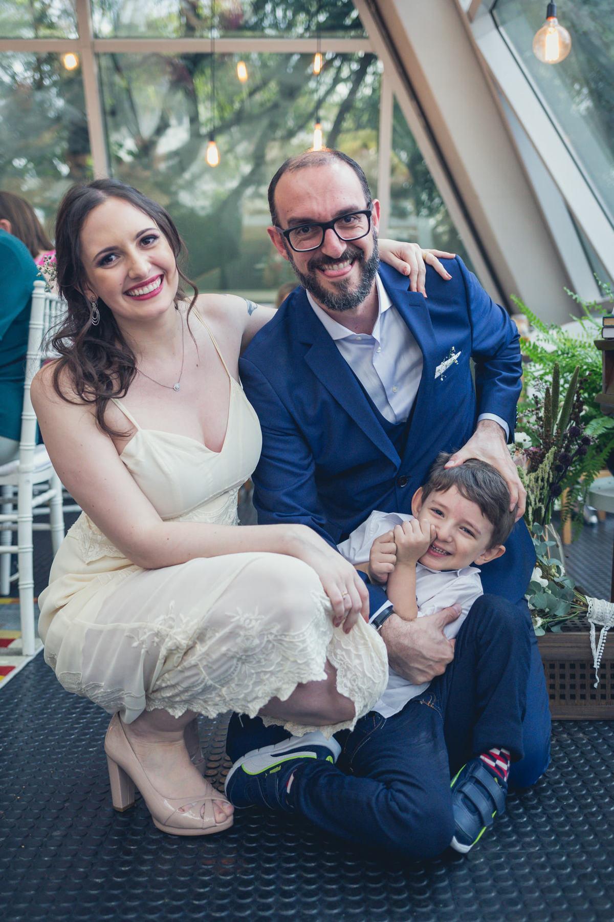 noivos posam para foto com filho do noivo