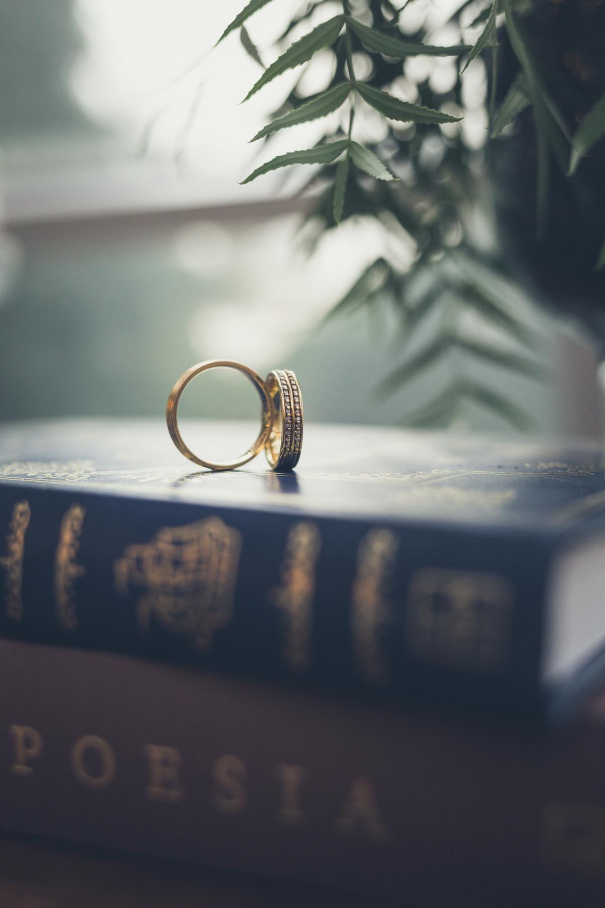 aliança de casamento em cima de livros
