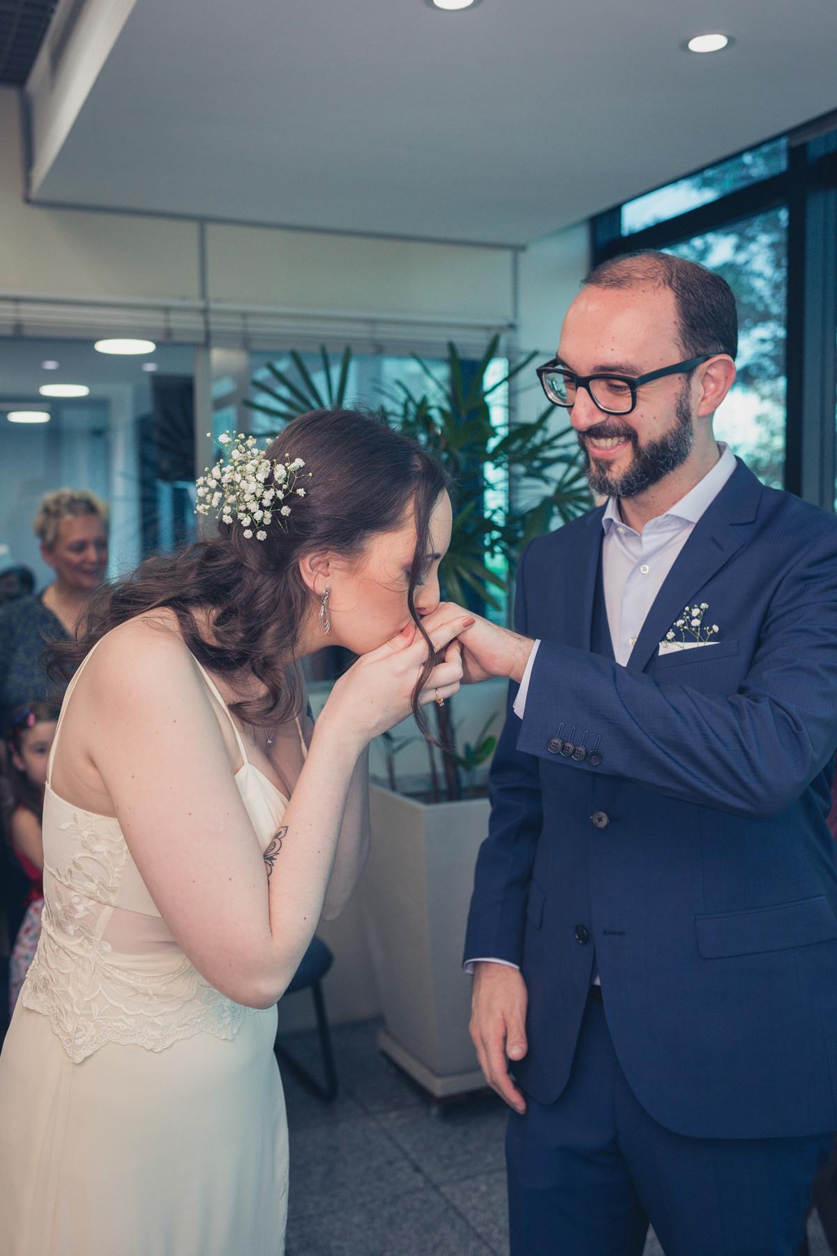 noiva beijando aliança do noivo em casamento civil