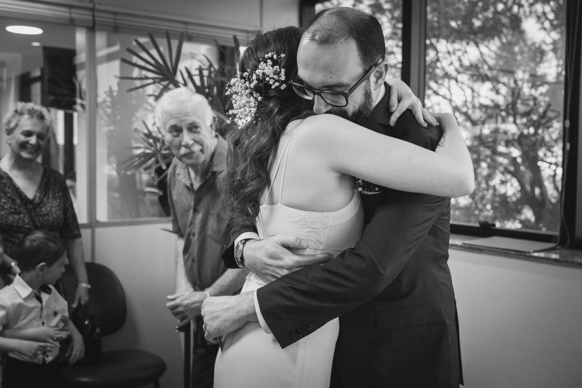 noivos se abraçando em casamento civil
