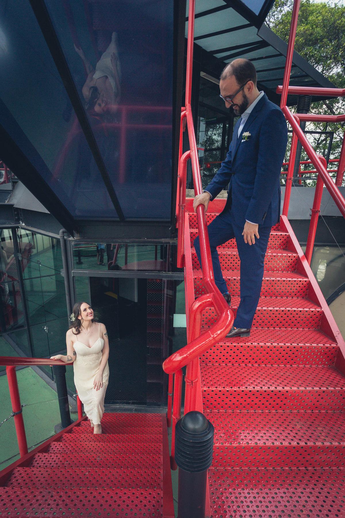 noivos em uma escada vernelha