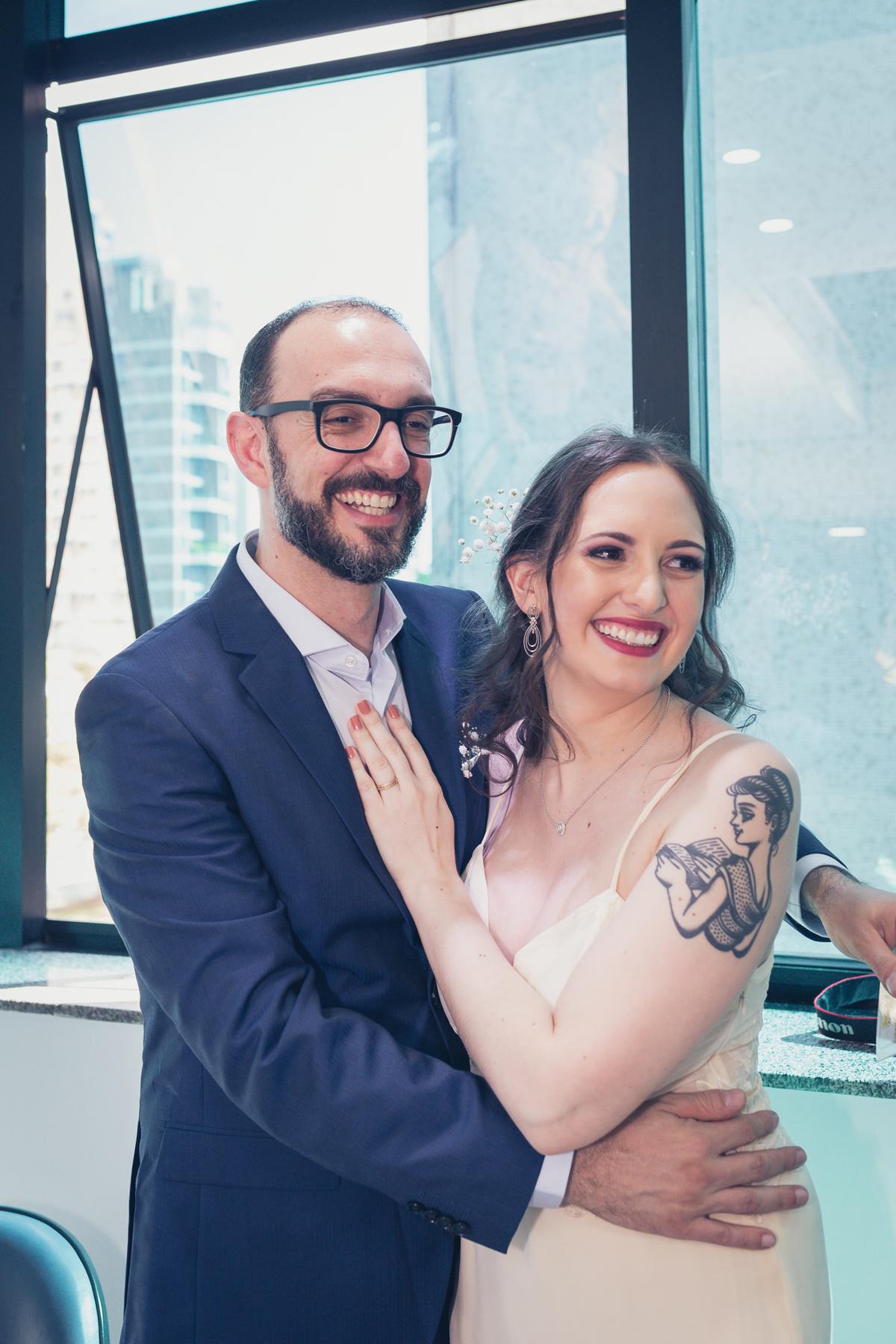 noivos sorrindo para convidados em casamento civil