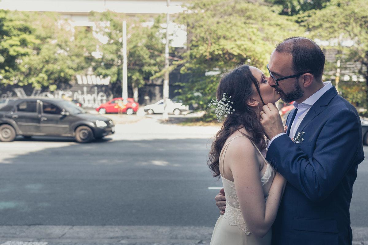noivos se beijando em ambiente externo