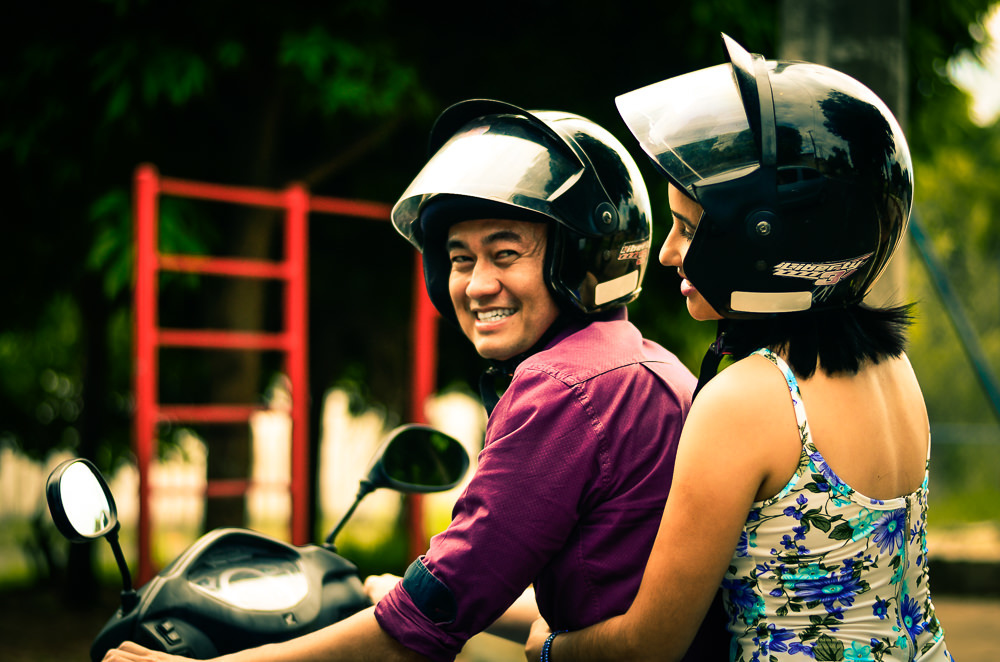Casal de noivos na moto usando capacete no ensaio pre casamento ou wedding em Araçatuba, SP