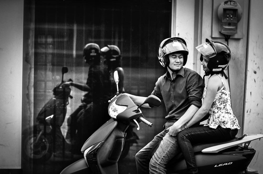 Casal de noivos na moto em um posto de gasolina usando capacete no ensaio pre casamento ou wedding em Araçatuba, SP