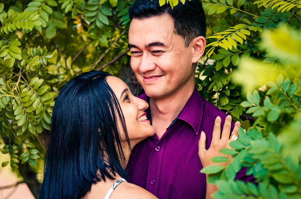 Ensaio pre casamento ou wedding do noivo de da noiva em Araçatuba, SP. Estão se abraçando, se olhando e sorrindo.