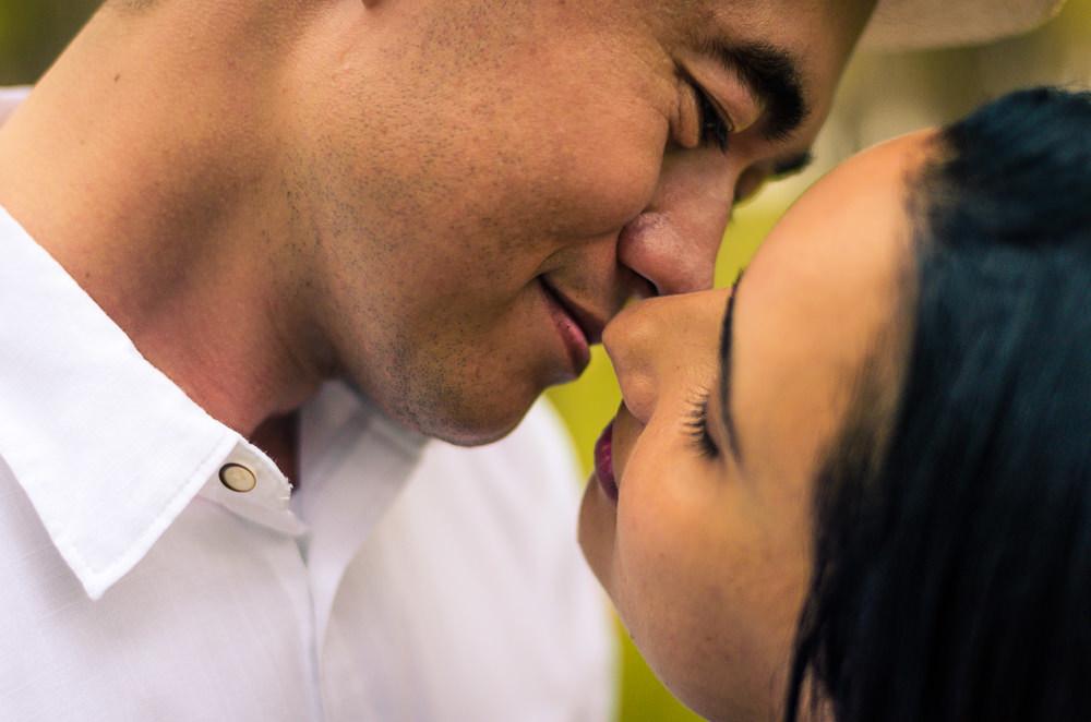 Fotografia do ensaio pre casamento ou wedding do noivo e da noiva com os rosto bem próximos quase se beijando em Araçatuba, SP