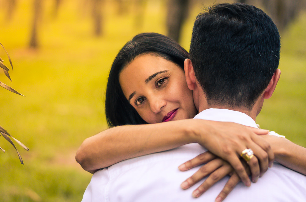 Fotografia no campo durante o dia com sol do ensaio pre casamento ou wedding do casal de noivos em Araçatuba, SP