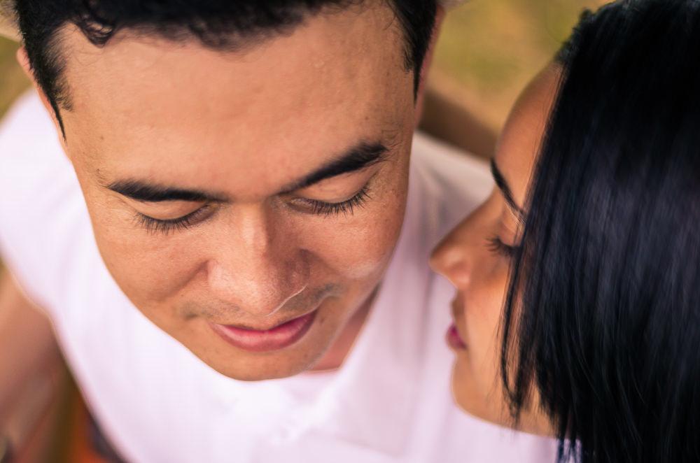 Fotografia do noivo e da noiva no ensaio pre casamento ou wedding, estão com os rostos bem próximos, em Araçatuba, sp