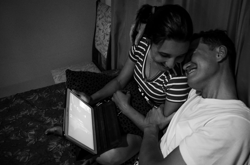 Fotografia no ensaio pre casamento ou wedding do casal de noivos assistindo a uma série da Marvel, Agentes da SHIELD juntos em um tablet em Araçatuba, SP