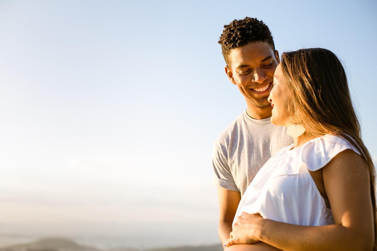 Felicidade do casal que transborda - Ensaio Gestante Niterói-RJ