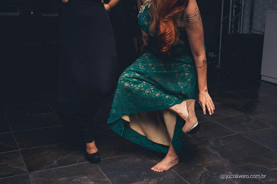 fotografo em porto alegre para fotos espontaneas da formanda tirando o sapato