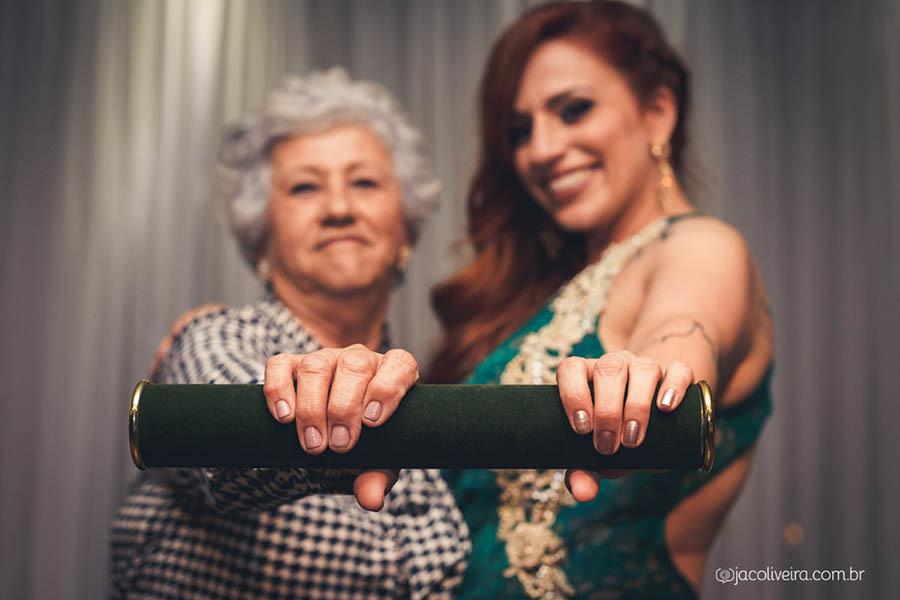formando segurando diploma com a mãe fotografia formaturas porto alegre