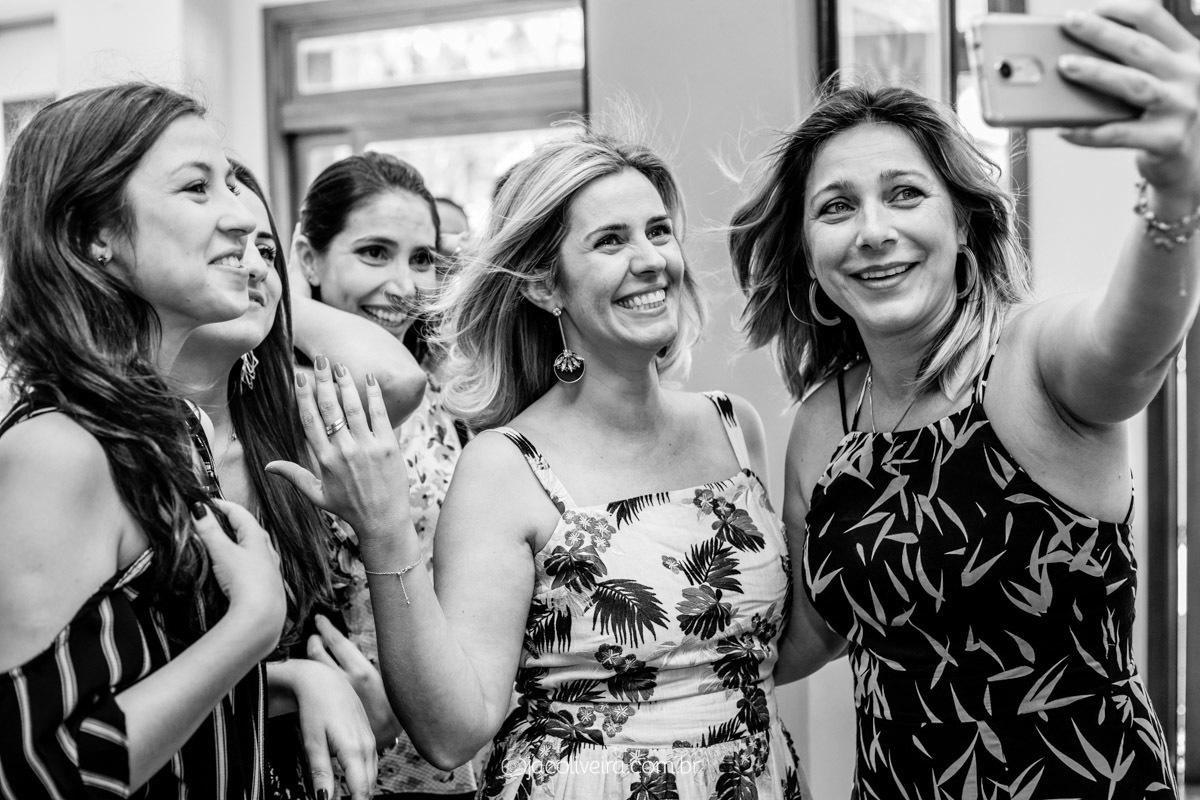 fotógrafa em porto alegre festas e eventos grupo fazendo selfie