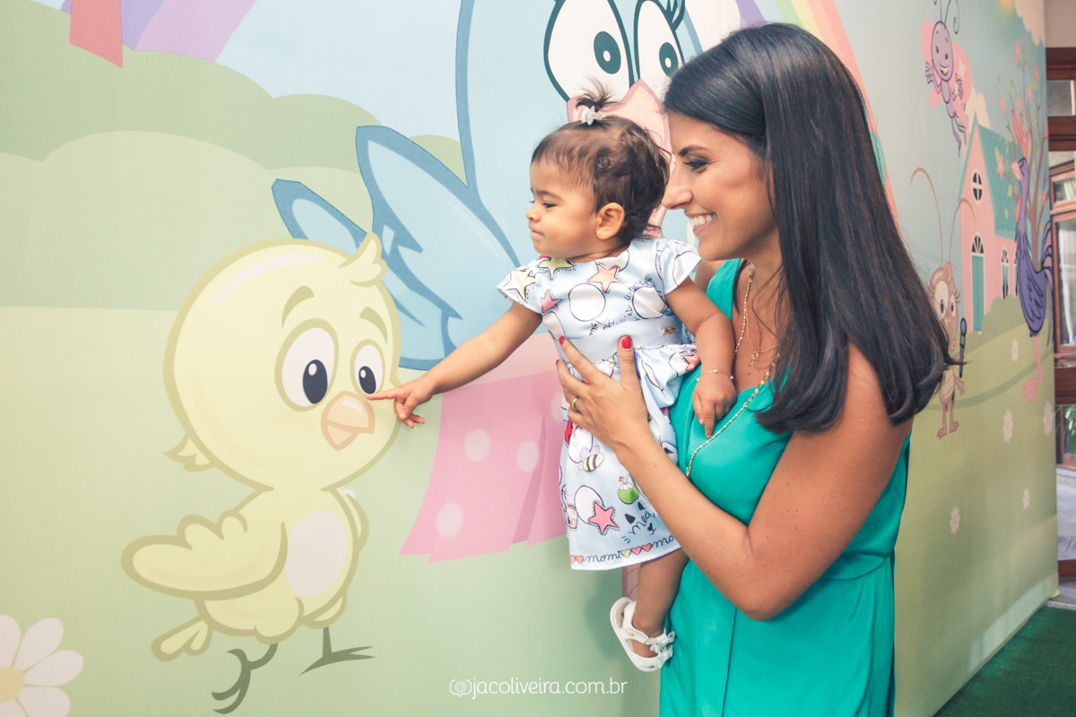 fotografo porto alegre aniversario infantil menina olhando painel
