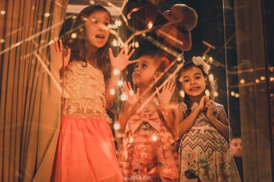 crianças brincam no vidro coco bambu porto alegre fotografa de formatura