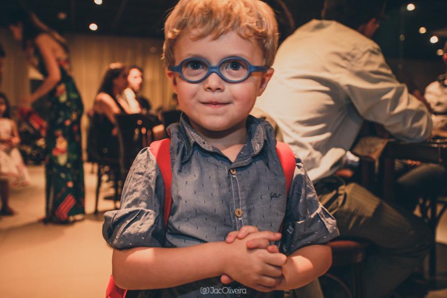 menino de óculos azul durante formatura coco bambu