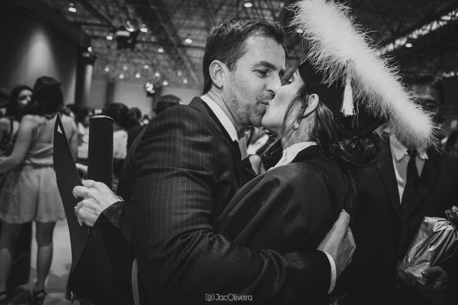 beijo entre marido e mulher na formatura de medicina, fotógrafa em porto alegre