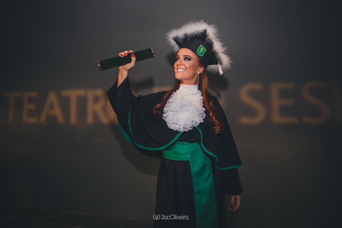 fotógrafo formatura colação de grau porto alegre; formanda com diploma e toga verde cor da medicina