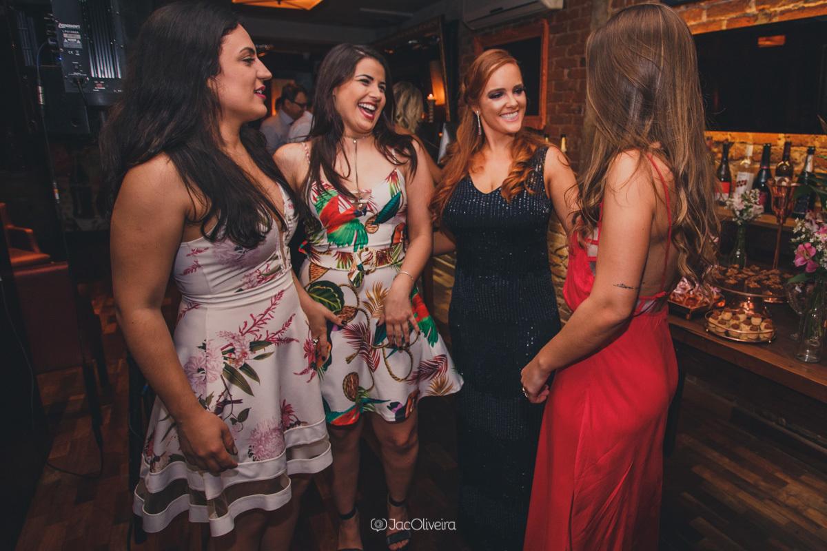 fotógrafo formatura festa porto alegre; amigos com formanda larissa junges
