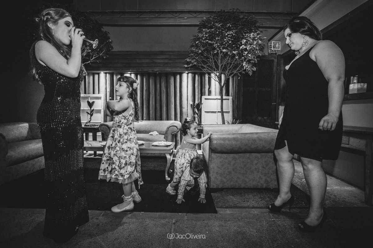 fotógrafo formatura festa porto alegre; convidada, formanda e crianças na foto