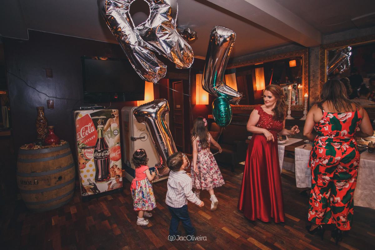 fotógrafo formatura festa porto alegre; local de eventos scantinato di peppo italiano crianças brincando balões de letra