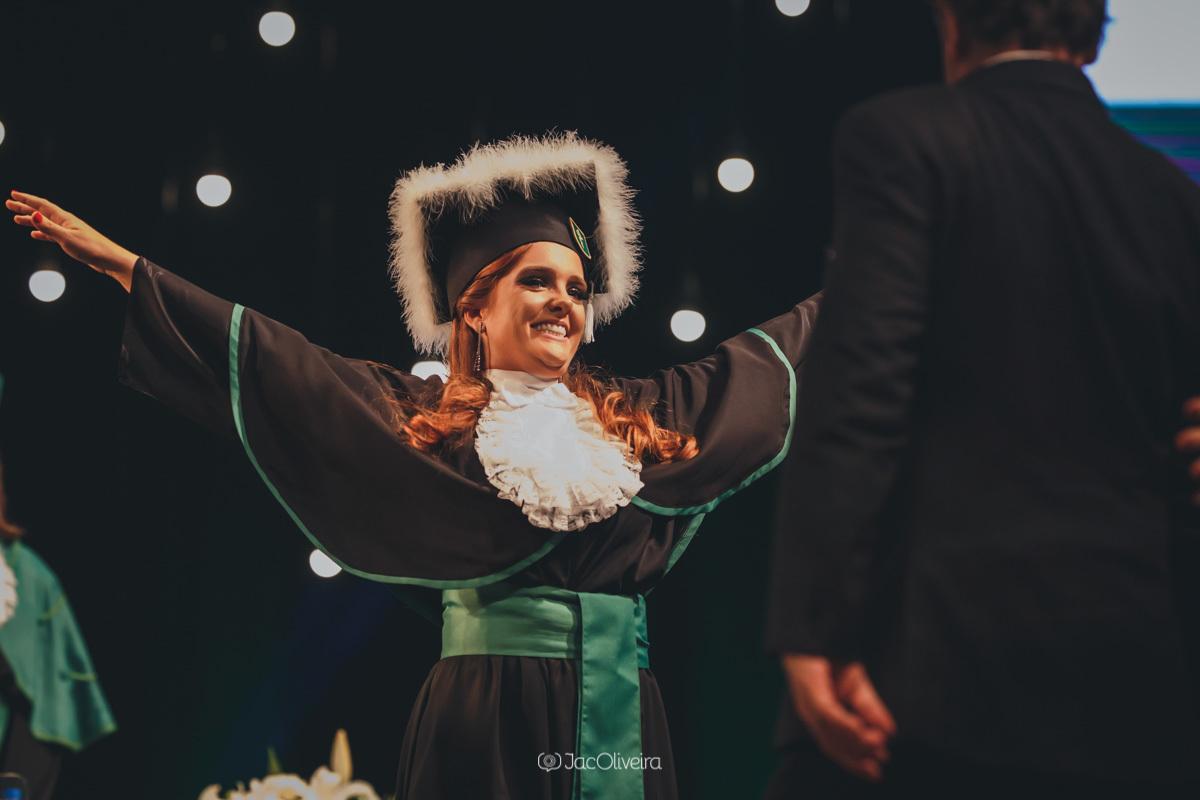 fotografa formatura colação de grau porto alegre; formanda recebe pais 1