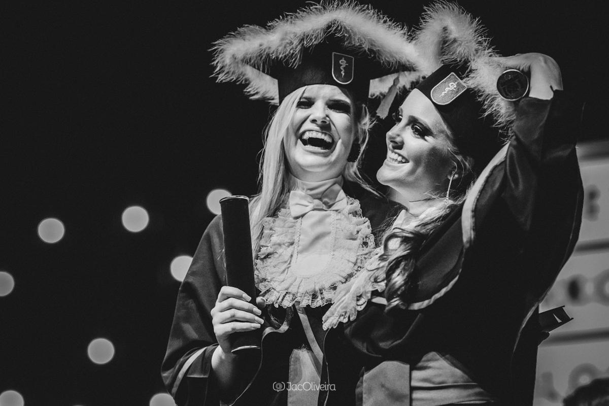 fotografa formatura colação de grau porto alegre; larissa e bibiana no palco