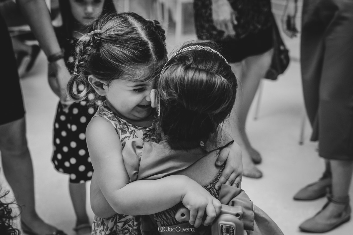 fotógrafo de festa infantil em porto alegre meninas se abraçam
