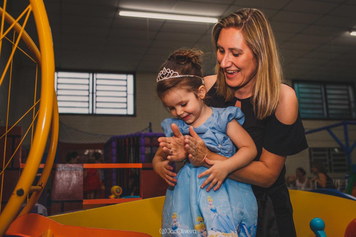 fotógrafo de festa infantil em porto alegre isabela brincando com tia