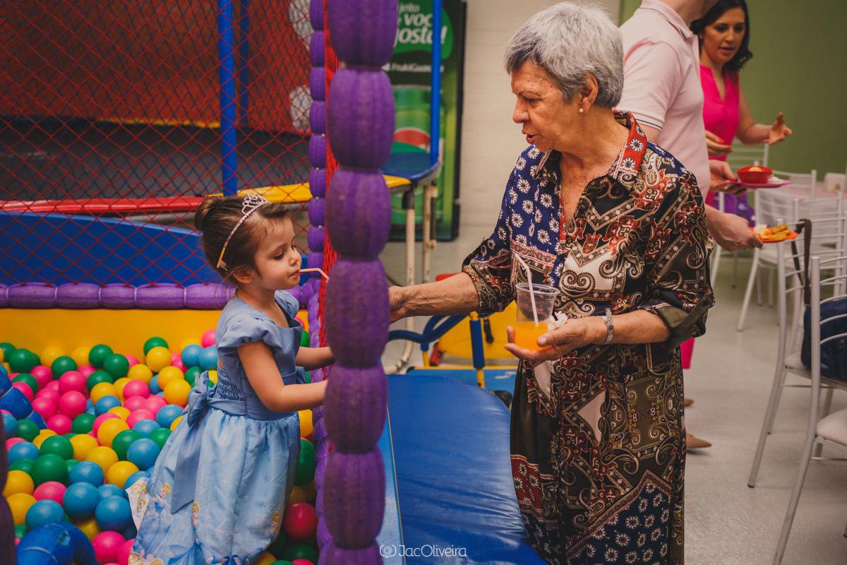 fotógrafo em porto alegre aniversário infantil eventos vó dando suco para isabela