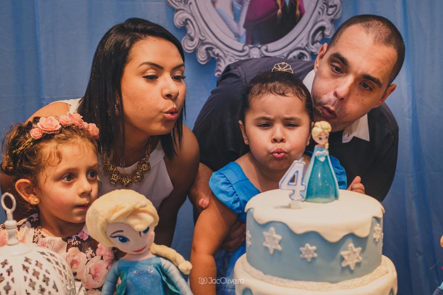 fotógrafo de festa infantil em porto alegre pais soprando velinha