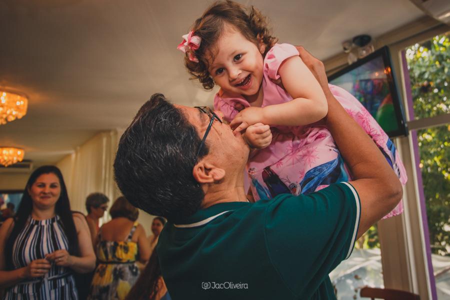 fotógrafo de festa infantil em porto alegre vovô brinca com neta