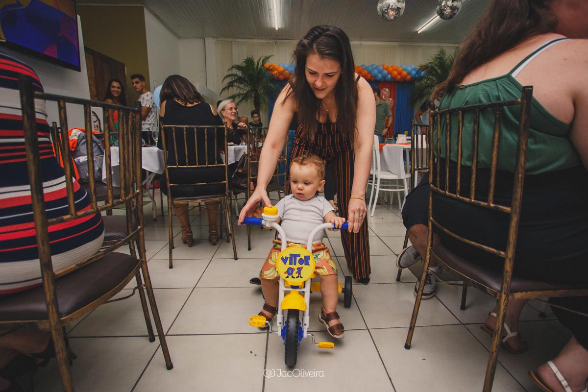 fotografo festa infantil canoas yupi festas menino e tia andando de triciclo