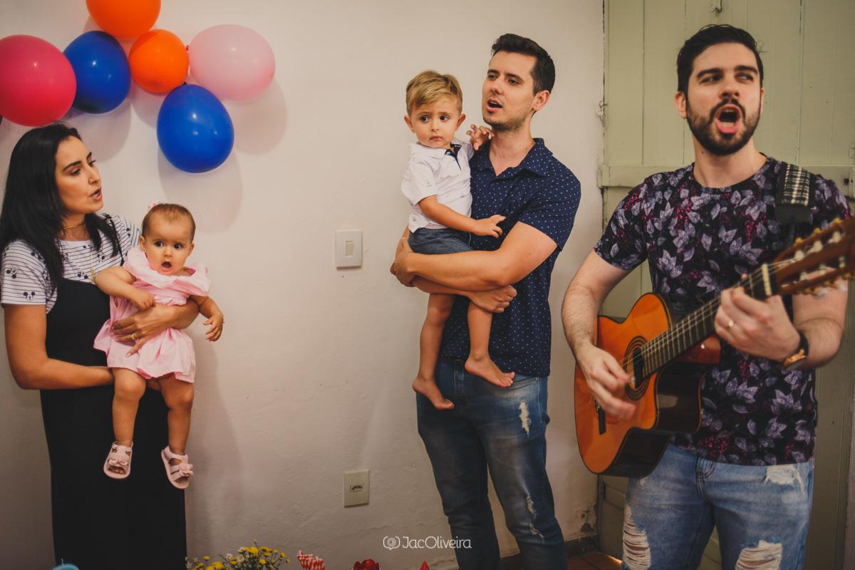 amigo canta no parabens dos irmãos em festinha em casa porto alegre