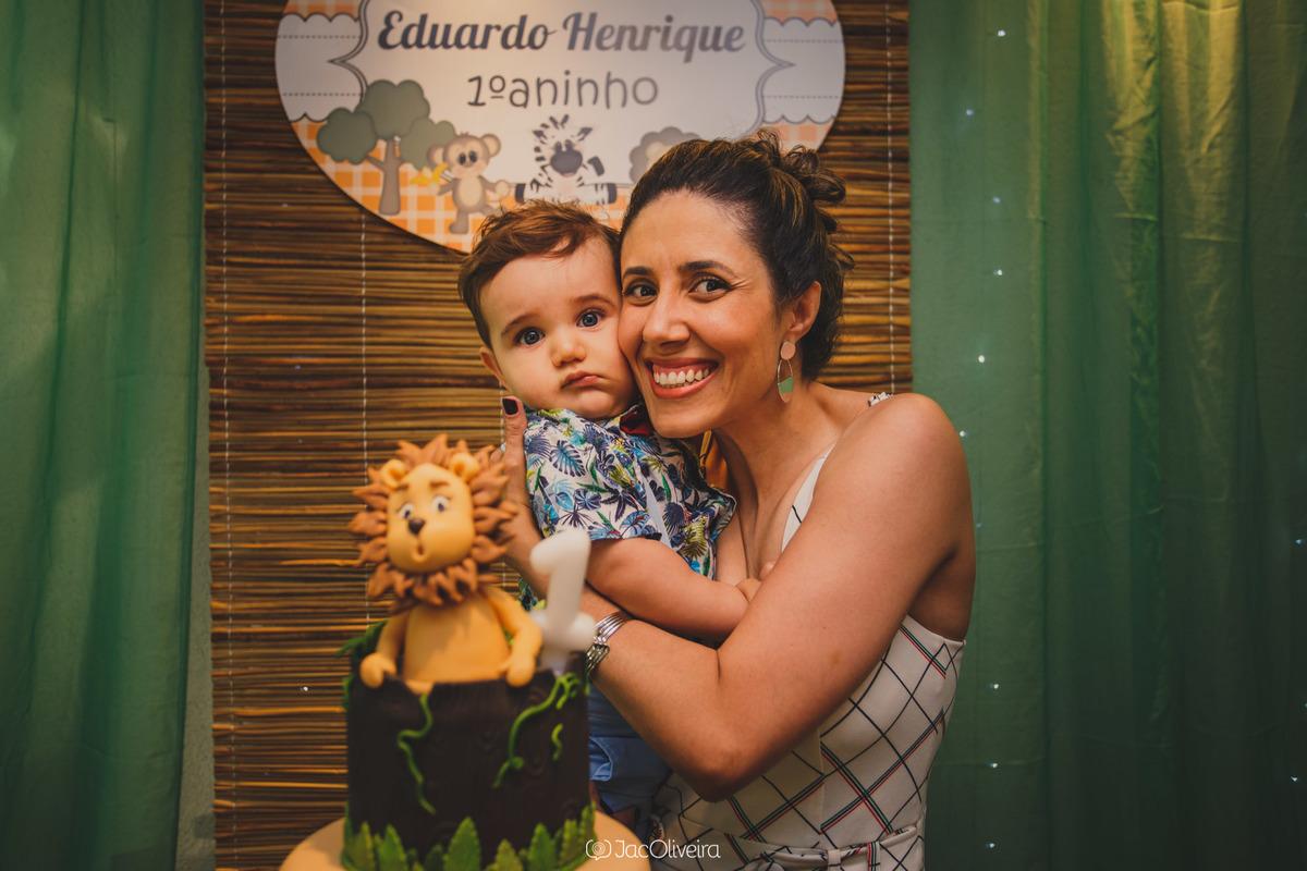 mãe e filho na mesa do bolo leãozinho topo de bolo fotografa aniversário infantil porto alegre