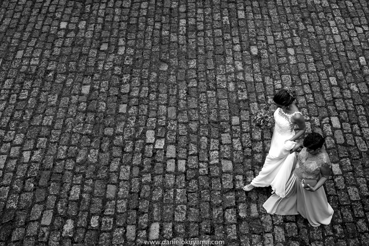 noiva e mãe a caminho da cerimonia do casamento no espaço serra do mar em são paulo fotografia de casamento em são paulo
